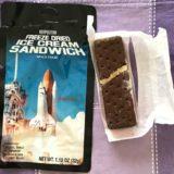アメリカ土産に宇宙食フリーズドライアイスクリームサンドイッチをもらった